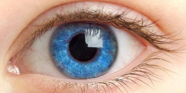 Голубая линза на зеленом глазу