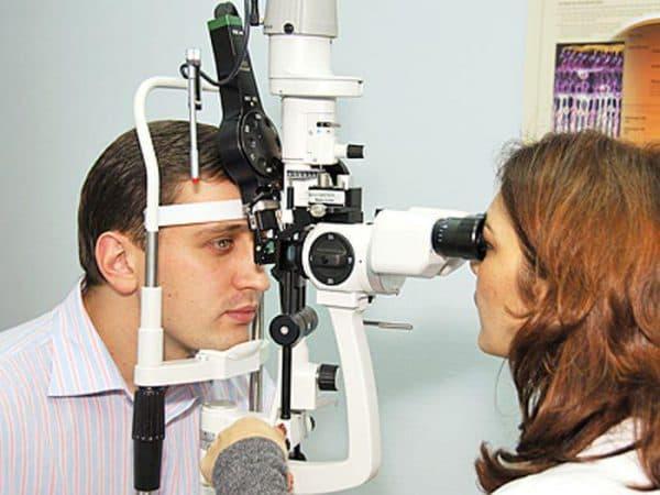 Вот так проводится биомикроскопия глаза