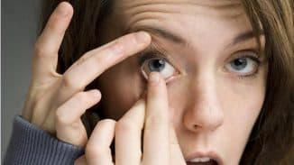 надеваем контактную линзы