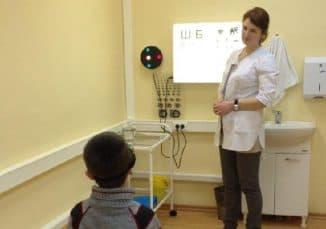 proverka-zreniya-v-kabinete-oftalmologa